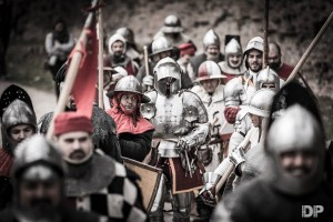 Il corteo armato che muove in direzione del castello estense - Battaglia in Castello 2016
